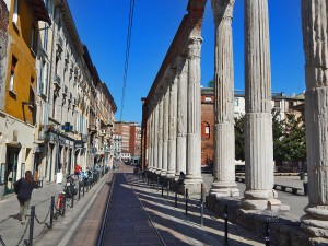 Stubovi ispred bazilike Svetog Lorenca