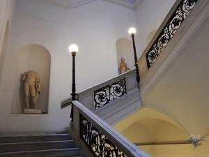 Stepenice koje vode na drugi sprat muzeja
