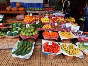 Različite vrste tropskog voća na pijaci u Funšalu